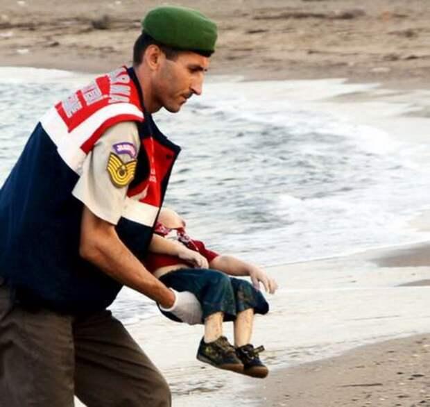 Вслед за The Independent многие европейские и мировые СМИ опубликовали данное фото, требуя от стран ЕС, наконец, обратить внимание на проблему беженцев. Снимок с Айланом Курди также активно распространяется в социальных сетях