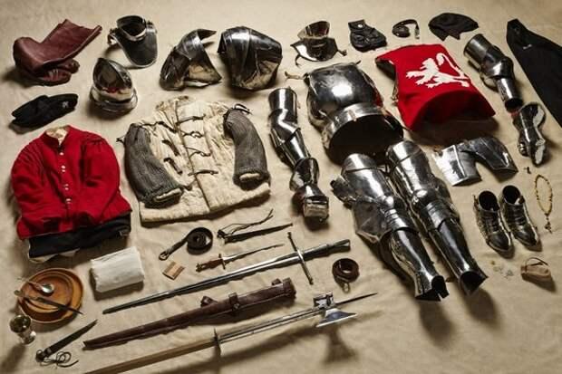 Это, правда, не солдатский, а рыцарский комплект, но заметьте: бытовые вещи сюда не входят. А с ними еще тяжелее будет.