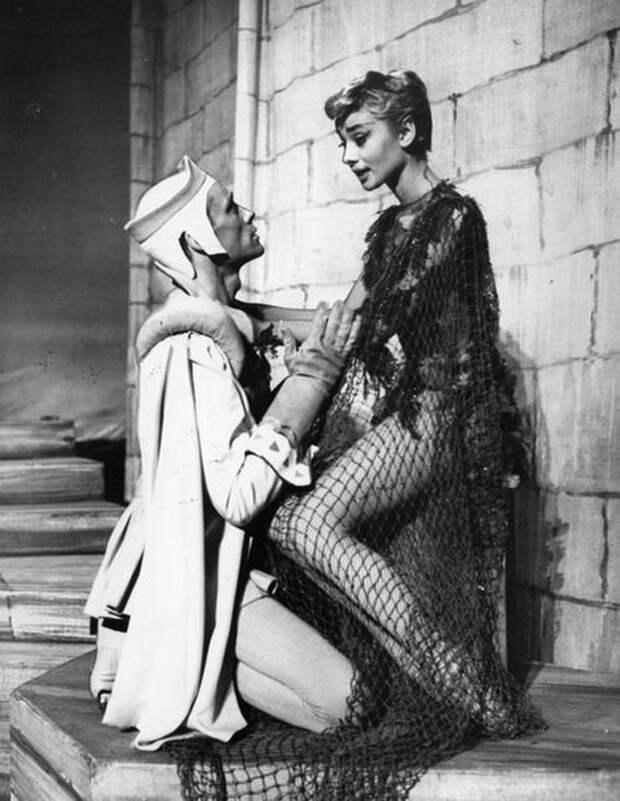 """Одри Хепберн в фотосесии к спектаклю """"Ундина"""", 1954."""