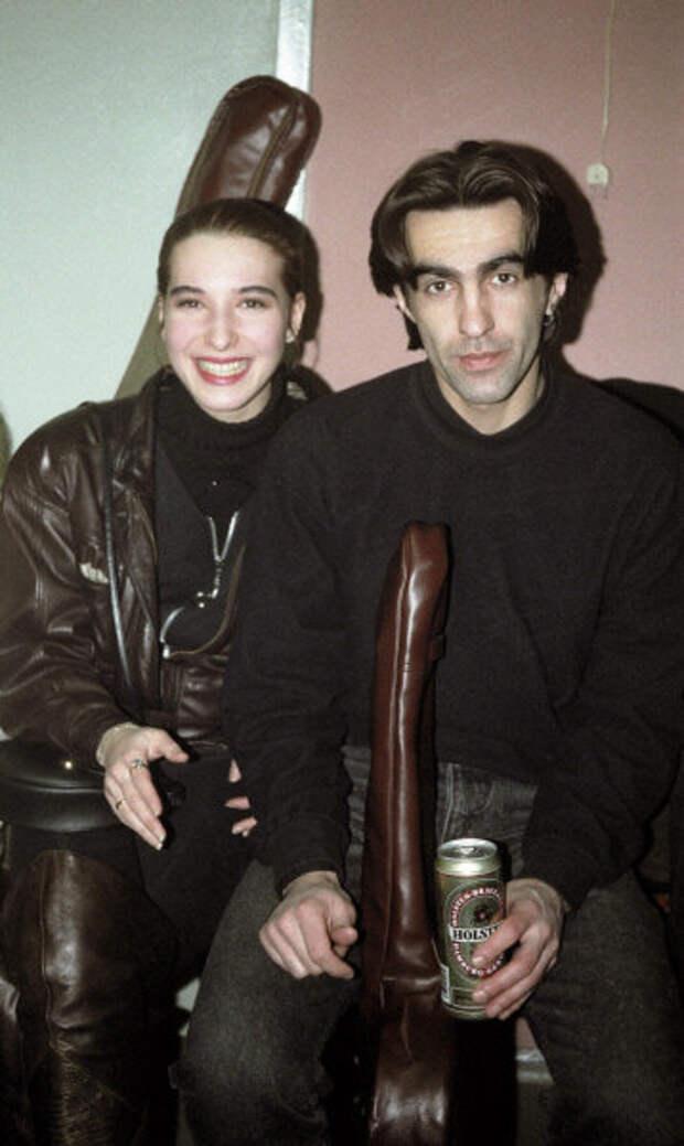 Вячеслав Бутусов с женой и банкой пива Хольстен, 1992 год