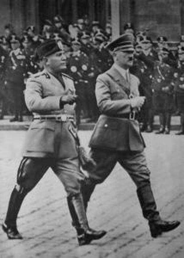 Муссолини с Адольфом Гитлером в Берлине, 1937 год
