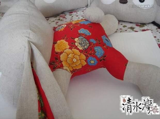 милый хвостик у подушки собачки