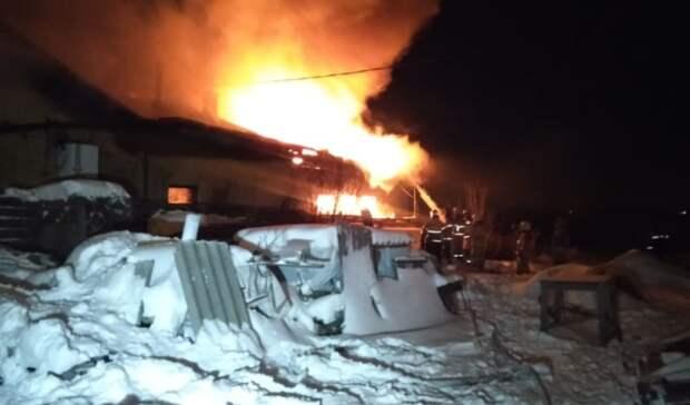 В Екатеринбурге при пожаре огнеборцы вынесли 15 газовых баллонов из гаража