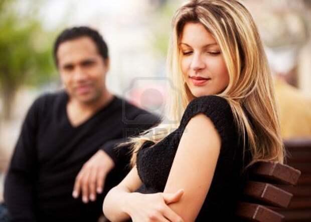Мужчина рядом с женщиной