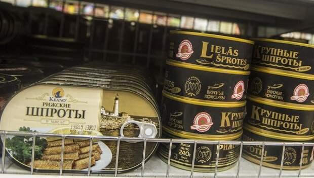 Консервы с латвийскими шпротами в супермаркете. Архивное фото
