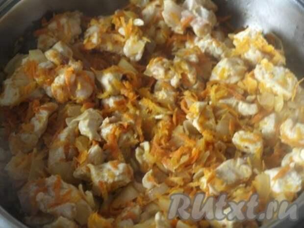 В сковороде разогреть масло, обжарить немного лук, добавить морковь. Затем добавить курицу. Жарить, помешивая, 15 минут. Выдавить через пресс чеснок, накрыть курицу крышкой и оставить.