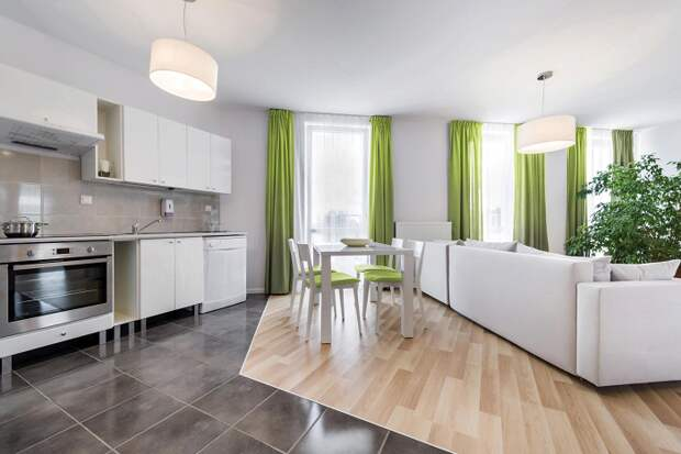 Разные по материалу и стилистике напольные покрытия в одной комнате смотрятся некрасиво. / Фото: ukrbanks.info