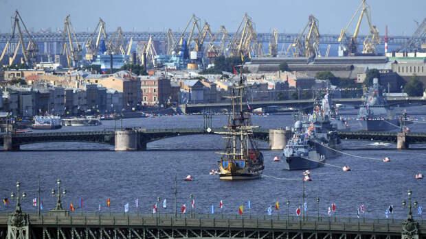 Толпы петербуржцев вышли на набережную посмотреть на парад ВМФ