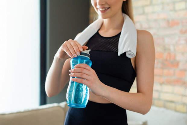 Упражнения сбутылкой воды, чтобы «прокачать» фигуру икишечник