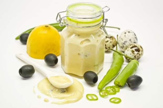 Домашний майонез с перепелиными яйцами, оливками и зелёным перцем