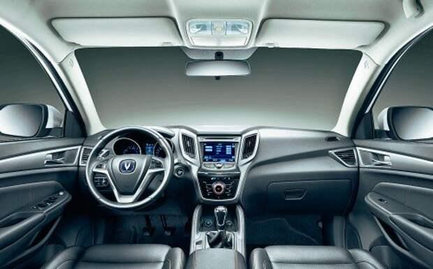 Оформление передней панели стилистически напоминает кроссоверы Hyundai. Пластик жесткий, текстурированный. Справа от руля – кнопка пуска двигателя.