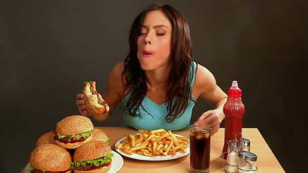 девушка ест фастфуд