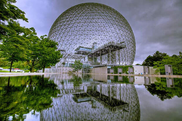 Биосфера Фуллера (павильон США на Экспо-67) на основе геодезической сферы. В мире сейчас установлено около 300 тысяч крупных конструкций, построенных по этому принципу.