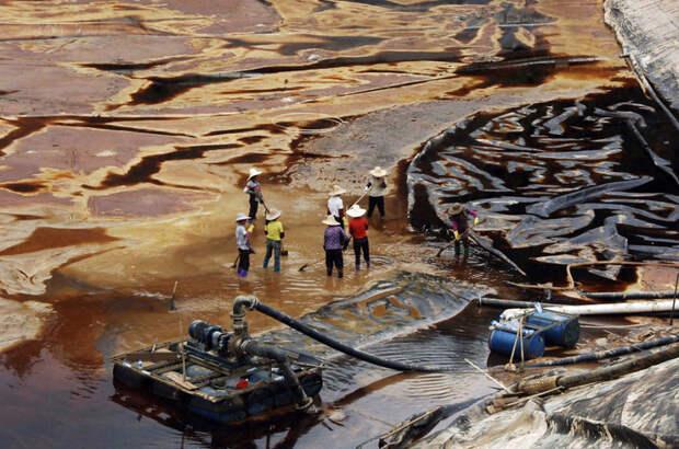9. Рабочие пытаются вычерпать сточные воды после прорыва отстойника в провинции Фуцзянь загрязнение, китай, экология