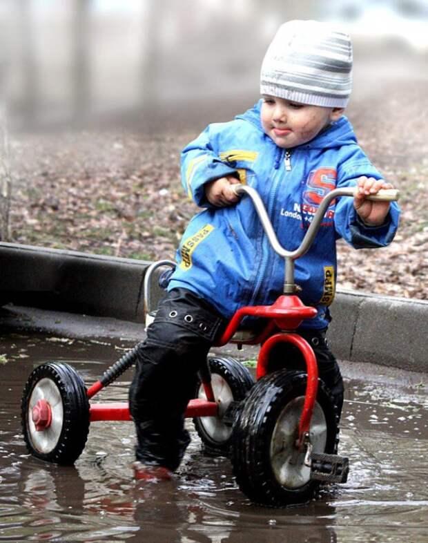 Легким движением руки велосипед превращается в катер. дети, позитив, прогулка