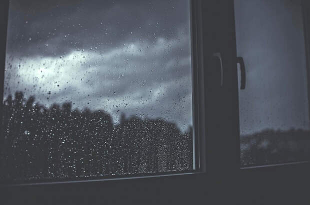 В Краснодаре выпал из окна 15-летний подросток