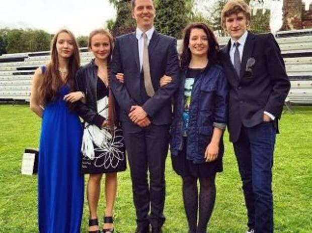 Дети Порошенко в Британии снялись для школьного альбома