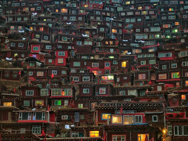 Школа тибетского буддизма в провинции Сычуань, Китай