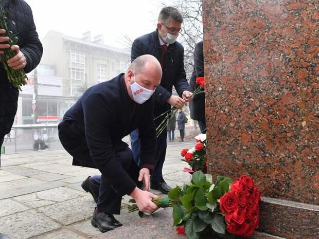 Цветы к памятникам основателей государственности Удмуртии возложили в Ижевске