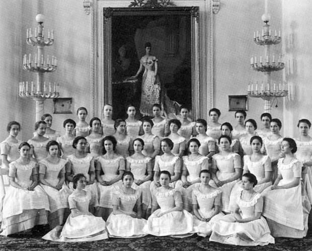 Последний выпуск воспитанниц Смольного института. 1917 год.