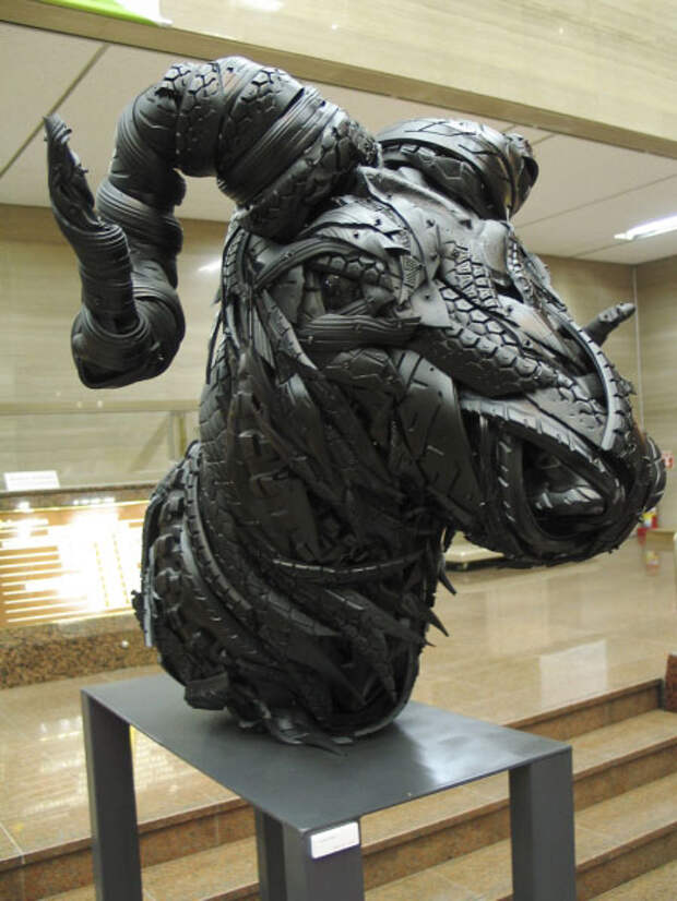 Современная скульптура или поделки из старых шин (4)
