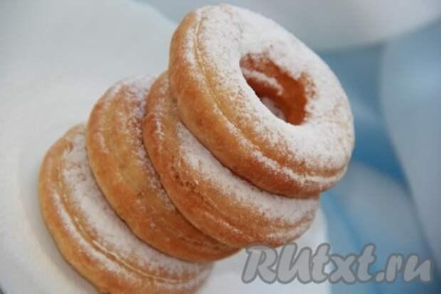 Пончике на кефире с творогом перед подачей лучше выложить на бумажное полотенце, чтобы удалить излишки масла. Очень вкусные пончики посыпаем сахарной пудрой и радуем близких прекрасным лакомством.