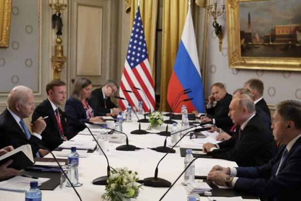 «На чемоданах»: лидеры РФ и США договорились о взаимном возвращении послов