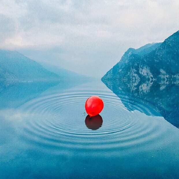 Красный шар на водной поверхности, уплывающий вдаль.
