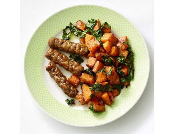 Картофель с колбасками и красным жгучим перцем