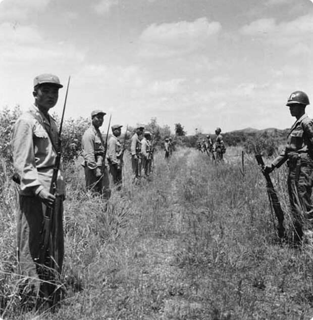 Солдаты КНДР и ООН на границе двух государств в демилитаризованной зоне. 1953 год.