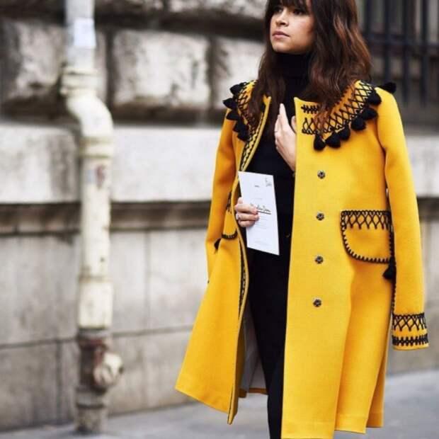 Пальто с вышивкой и помпончиками