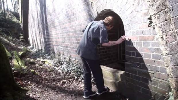 Парень крикнул в развалины и случайно нашел человека: он уже месяц сидел внутри