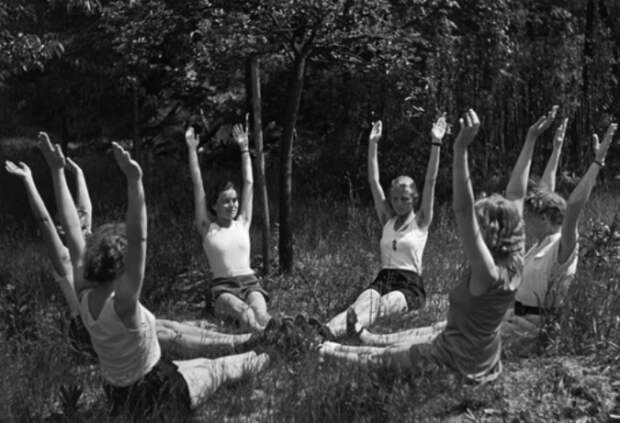 Занятия физкультурой для идеальных жен были обязательными и ежедневными