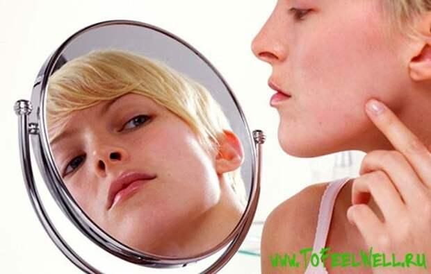 девушка смотрит в круглое зеркало