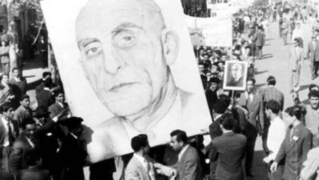 Иранские демонстранты с портретом иранского премьера Мохаммеда Мосаддыка