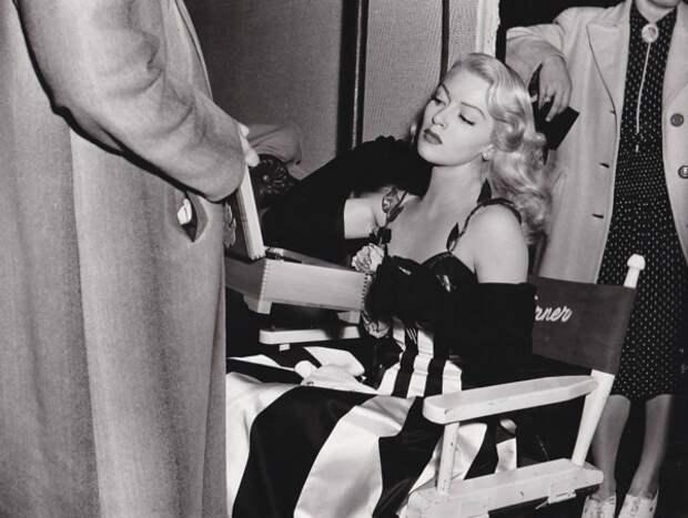 Лана Тёрнер на съёмках военной комедии «Брак — это личное дело», январь 1944 года (Wikimedia)