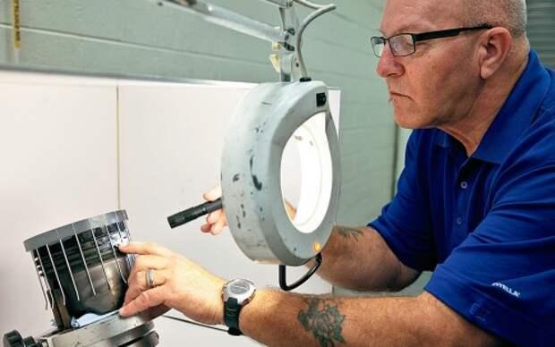 Двигатели грузовиков, работающих на опытном масле, осматривают с особой тщательностью – в лаборатории и под микроскопом.