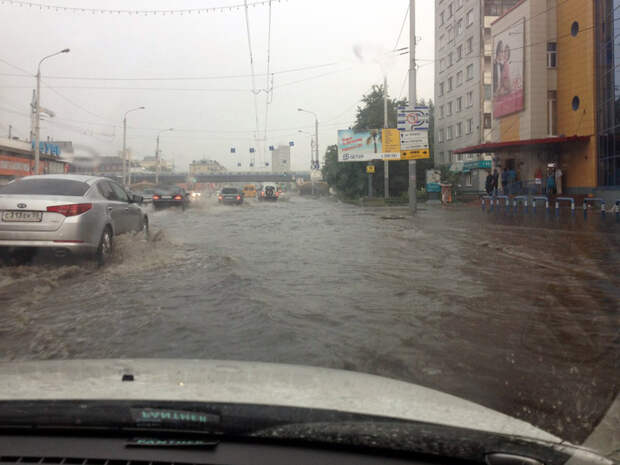 Масштабная работа омских художников. Со стороны можно подумать, что автомобили едут не по дороге, а по воде. 3д рисунки, дороги, приколы