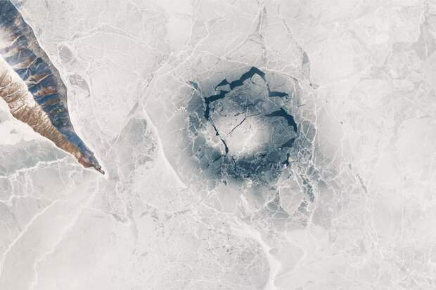 Кольца на льду Байкала