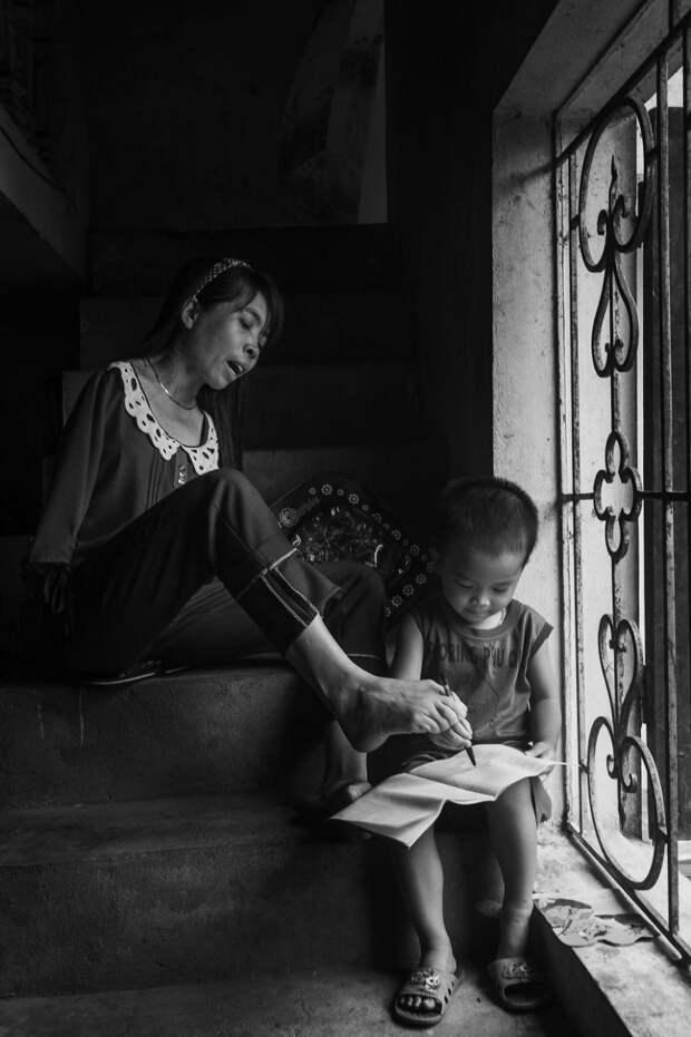 После войны: Вьетнамка, родившаяся без рук, живет нормальной жизнью и заботится о племяннике  вьетнам, девушка, инвалид