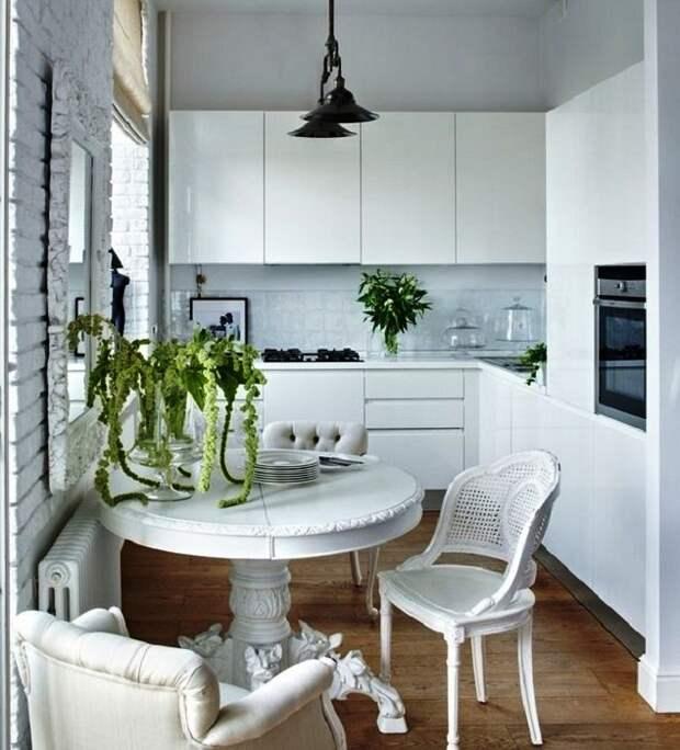 Маленькая кухня, оформленная в белых тонах.