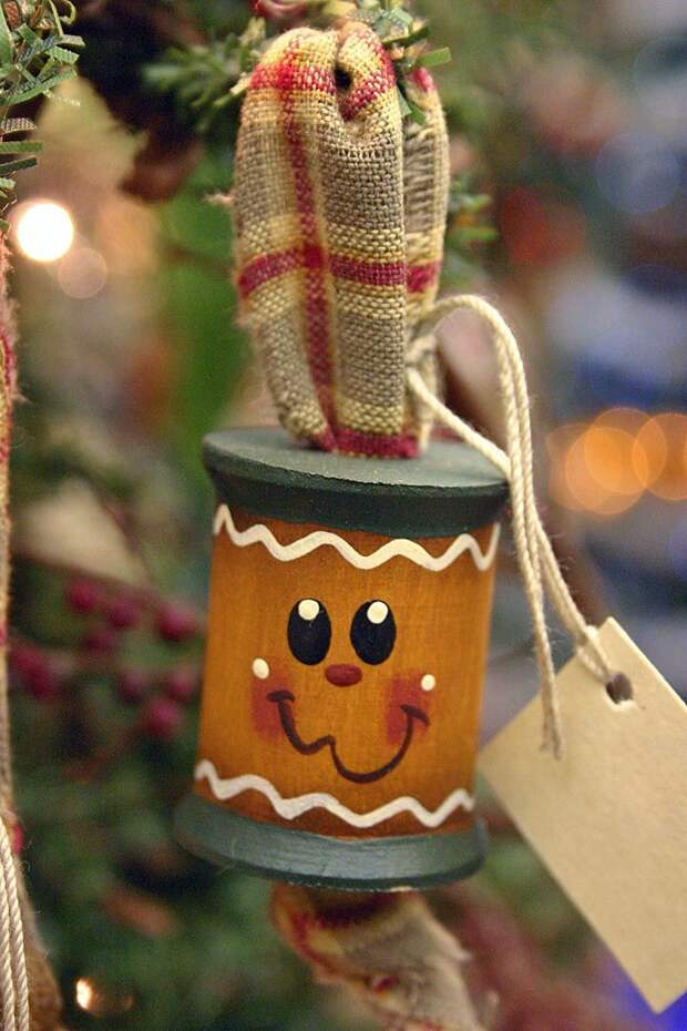 Gingerbread Spool Ornament from Peggy's Pallet: (Unable to locate the correct site that has this ornament on it but it should be easy to make)