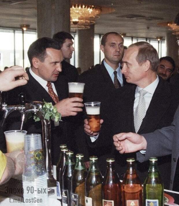 Владимир Путин угощается пивом в Чувашии, 1999 год