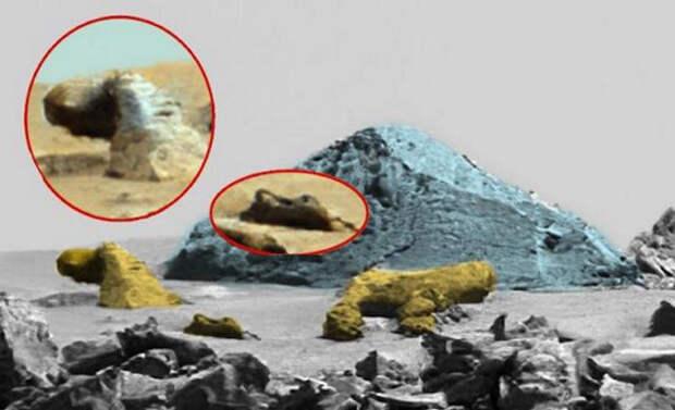 Статуя Сфинкса возле пирамиды на Марсе