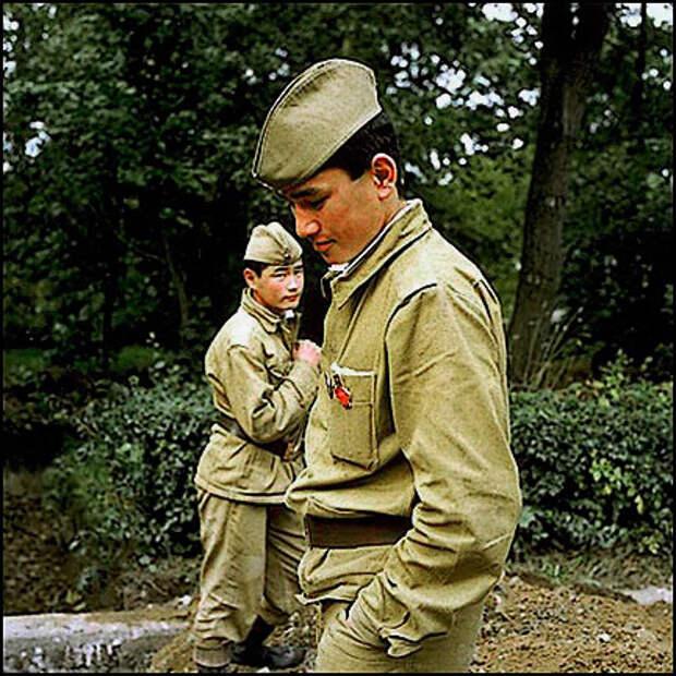 Два солдата в парке