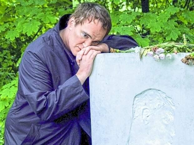 Голливудский режиссёр на могиле русского поэта.