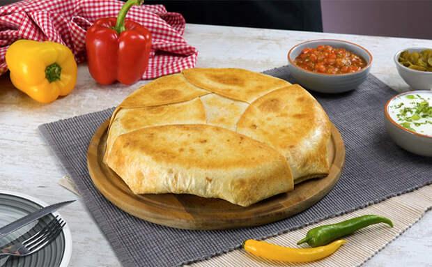 Взяли 7 лавашей и сытный пирог почти готов: кладем внутрь полкило начинки и запекаем