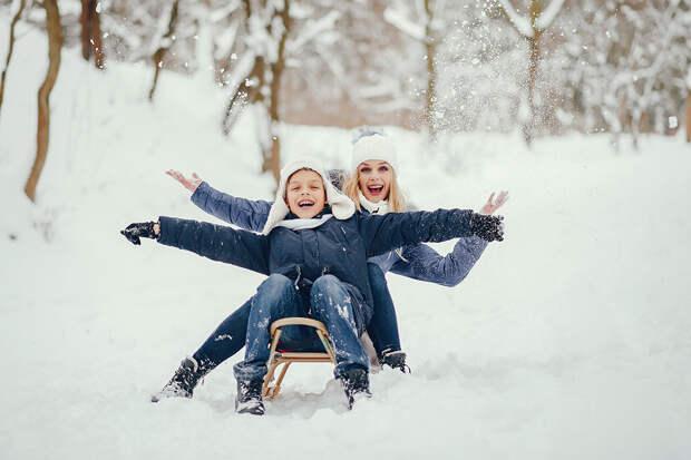 Забавы ради: лучшие зимние игры на улице с детьми любого возраста
