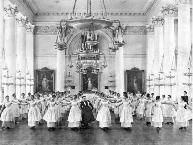 Воспитанницы Смольного института благородных девиц на уроке танцев. 1901 г.