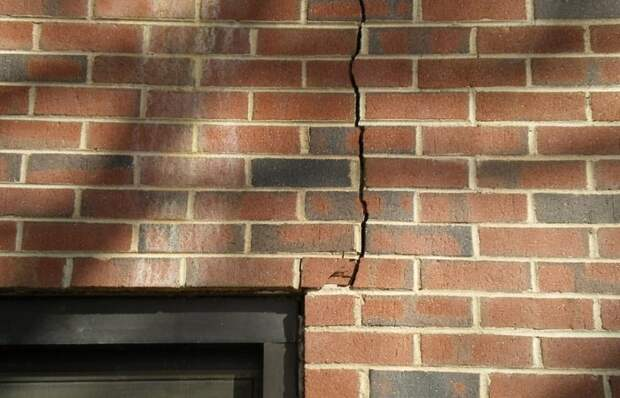 По фасаду пошла трещина: как заделать дефект и забыть о проблеме